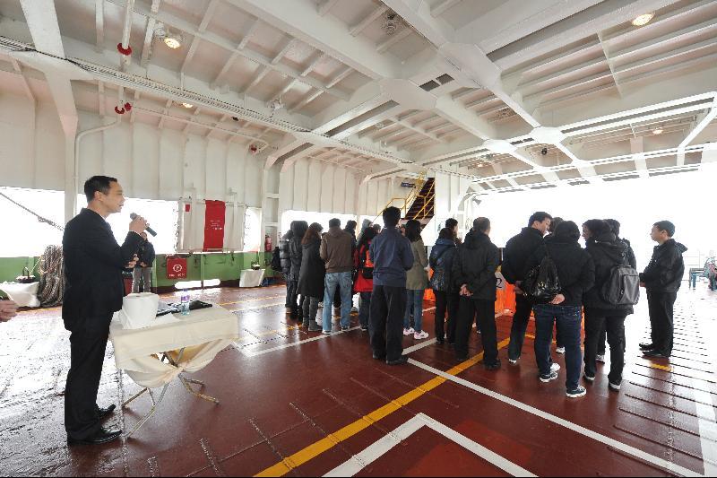 專業禮儀師在船上協助家屬親友進行悼念儀式。